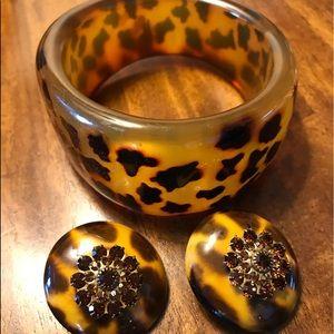Animal print clip earrings & wide bangle set